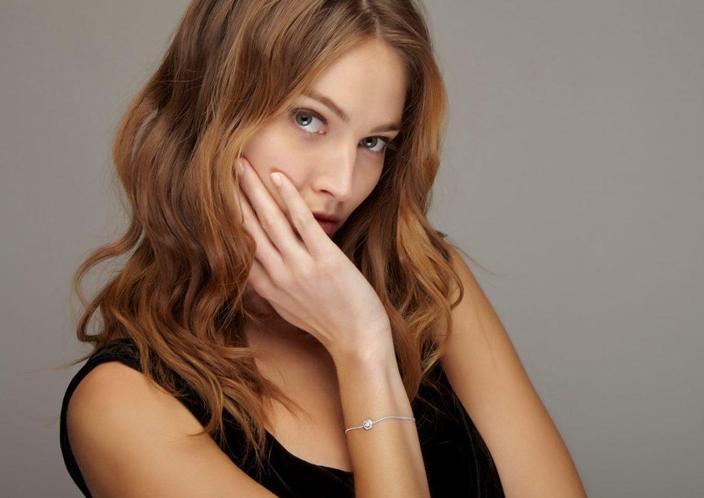 studio photo r2shoot visuel ecommerce BIJOUX porté mannequin Photographie bijoux mannequin par le studio R2shoot photo de bracelet diamant or blanc porté