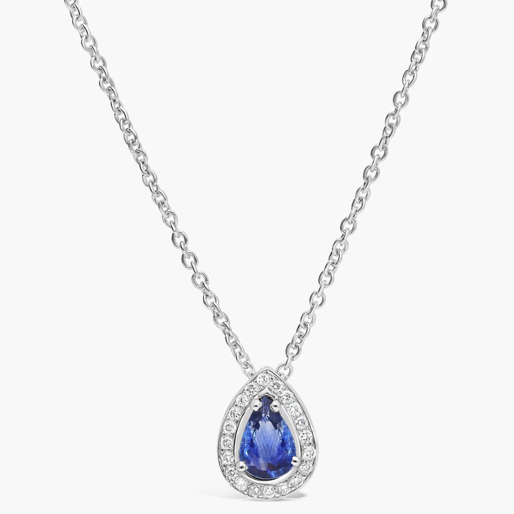 photo packshot pendentif en saphire bleu sur fond uni